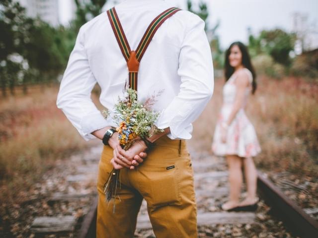 Hoe kun je met een oudere man daten?